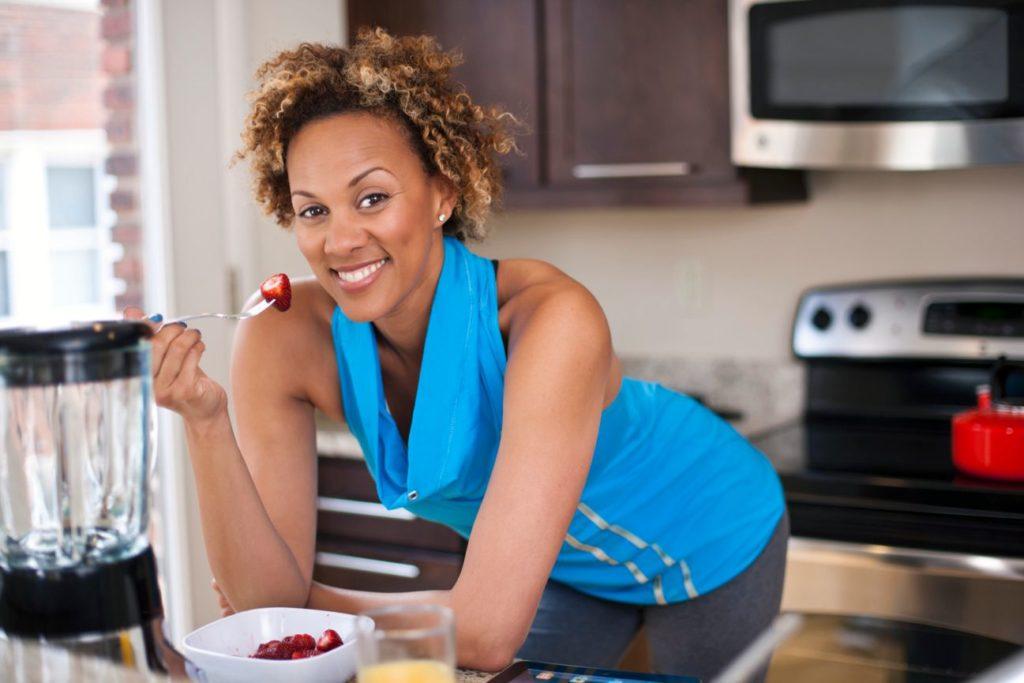 real-health-wellness-woman-vegan-healthy-fruits-smoothie-breakfast-fitness